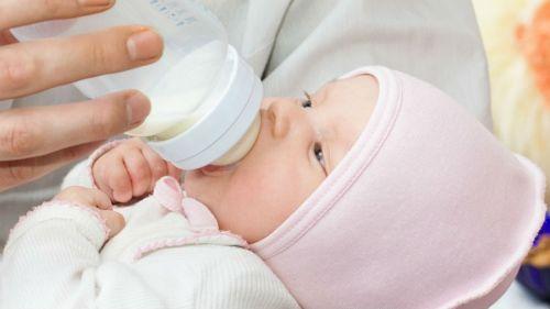 Кормление новорожденного с бутылочки